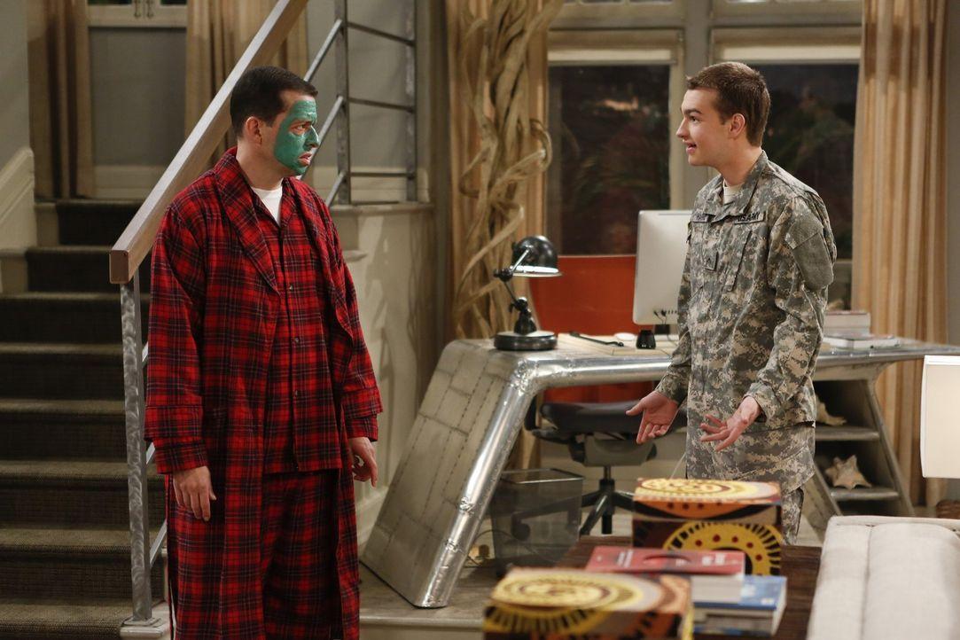 Als Jake (Angus T. Jones, r.) überraschend nach Hause kommt, plant er gemeinsam mit seinem Vater (Jon Cryer, l.) einen Ausflug, damit sich die beide... - Bildquelle: Warner Brothers Entertainment Inc.