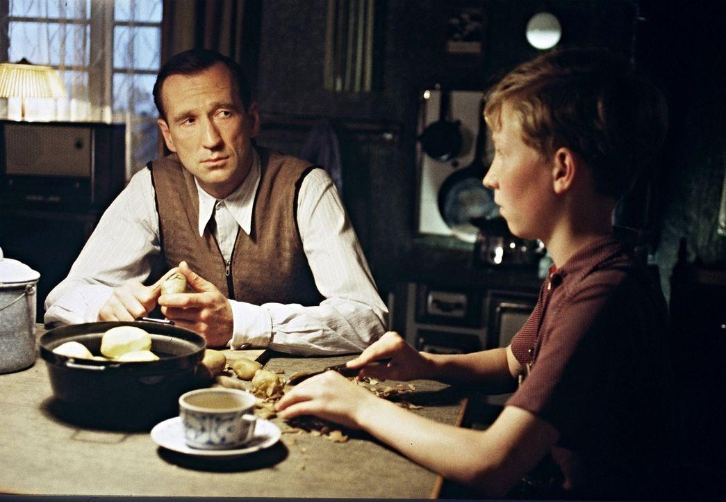 Nur zögernd überwindet Richard (Peter Lohmeyer, l.) seine Verschlossenheit und erzählt seinem Sohn Matthias (Louis Klamroth, r.) stockend von den... - Bildquelle: Senator Film