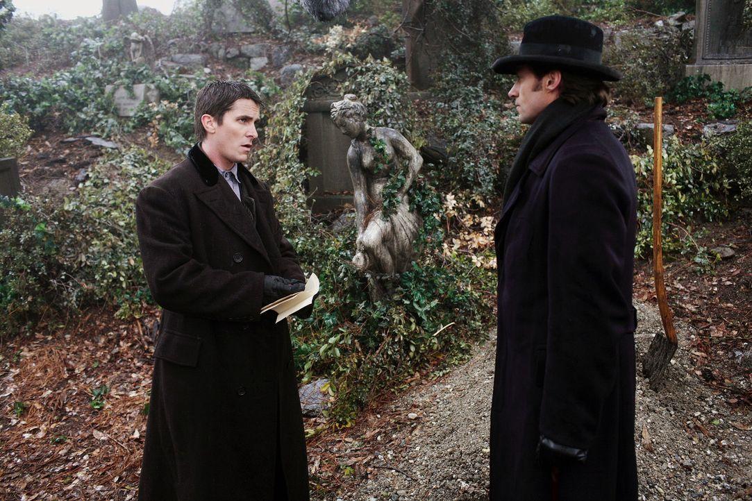 Ende des 19. Jahrhunderts treffen die beiden aufstrebenden Magier Robert Angier (Hugh Jackman, r.) und Alfred Borden (Christian Bale, l.) in London... - Bildquelle: Warner Television
