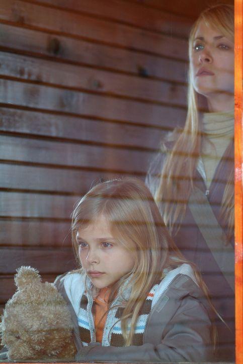 """Als Karen (Lori Heuring, r.) bemerkt, dass ihre Tochter Emma (Chloe Moretz, l.) von einer dubiosen """"Mary"""" eine Puppe geschenkt bekommen hat, beginnt... - Bildquelle: Nu Image Films"""