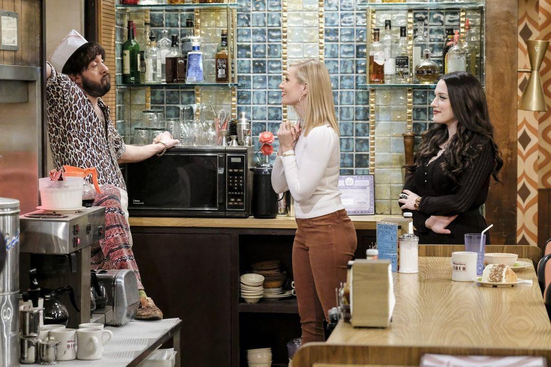 Oleg (Jonathan Kite, l.) hat einige Überraschungen für Caroline (Beth Behrs, M.) und Max (Kat Dennings, r.) ... - Bildquelle: Warner Bros. Television