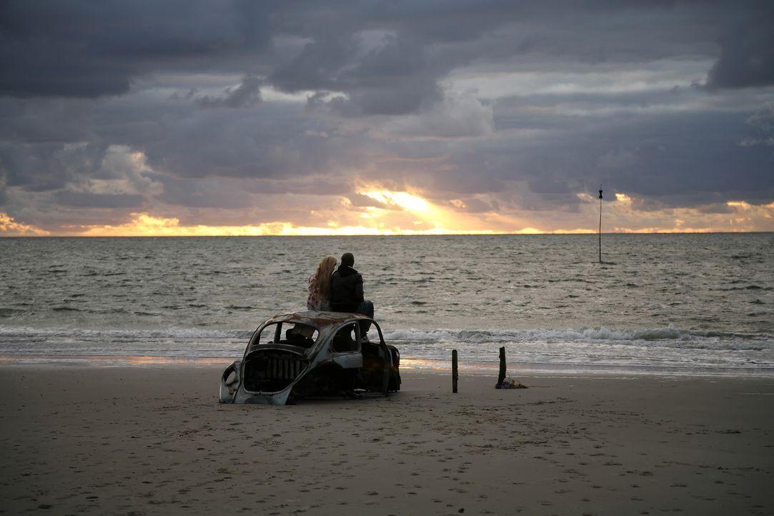 Genießen einen traumhaften Sonnenuntergang: Tim (Jimi Blue Ochsenknecht, r.) und Vic (Sonja Gerhardt, l.) ... - Bildquelle: Walt Disney Studios Motion Pictures