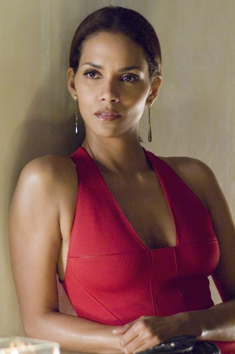 Um den Mord an ihrer Freundin Grace aufzuklären, schleicht sich die Journalistin Rowena (Halle Berry) undercover in die Agentur von Harrison Hall ei... - Bildquelle: Copyright   2007 Revolution Studios Distribution Company, LLC. All Rights Reserved.