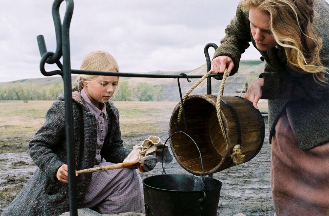 Zusammen mit ihrer Mutter Caroline (Erin Cottrell, r.) verarbeitet Mary (Danielle Chuchran, l.) die letzten Vorräte ... - Bildquelle: ABC, Inc.