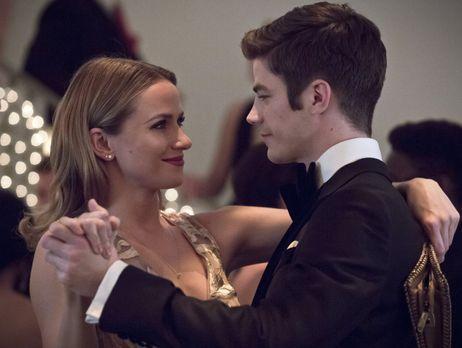 The Flash - Das Geheimnis um Barrys (Grant Gustin, r.) zweite Identität steht...