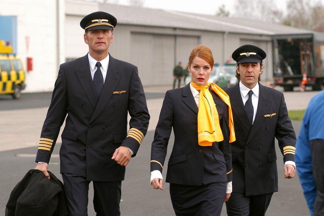 Max (Walter Sittler, l.), Sandra (Esther Schweins, M.) und René (Dieter Landuris, r.) haben am Flughafen Diamanten geklaut. - Bildquelle: Sat.1