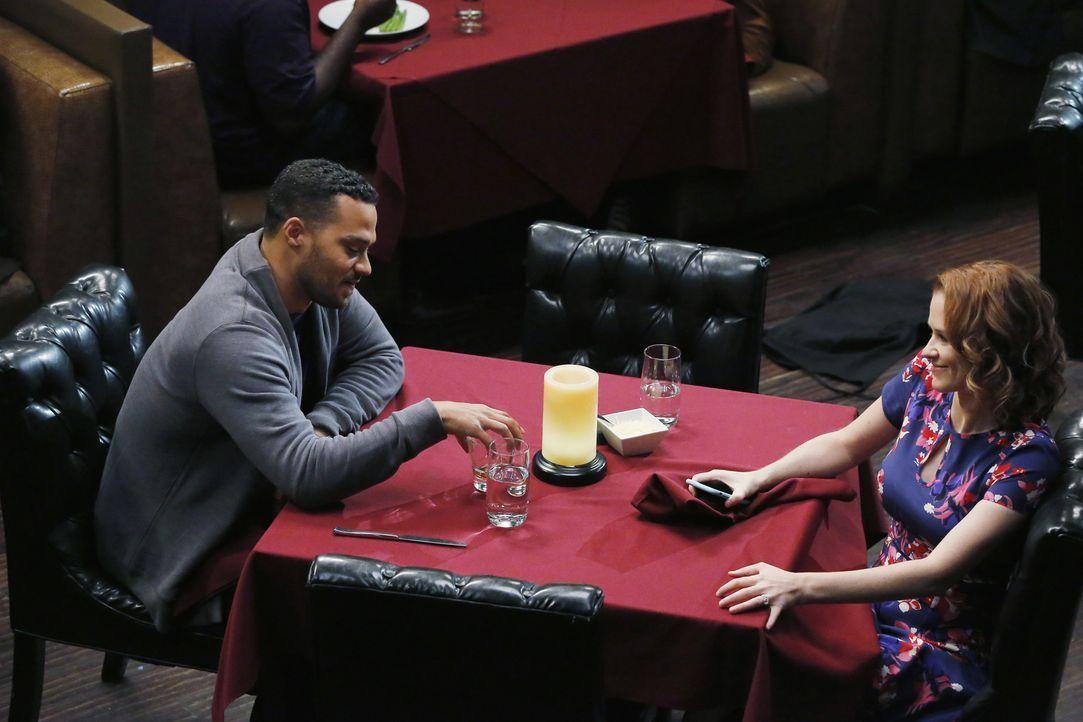 Haben sie doch noch eine Chance auf eine gemeinsame Zukunft? Jackson (Jesse Williams, l.) und April (Sarah Drew, r.) ... - Bildquelle: Vivian Zink ABC Studios
