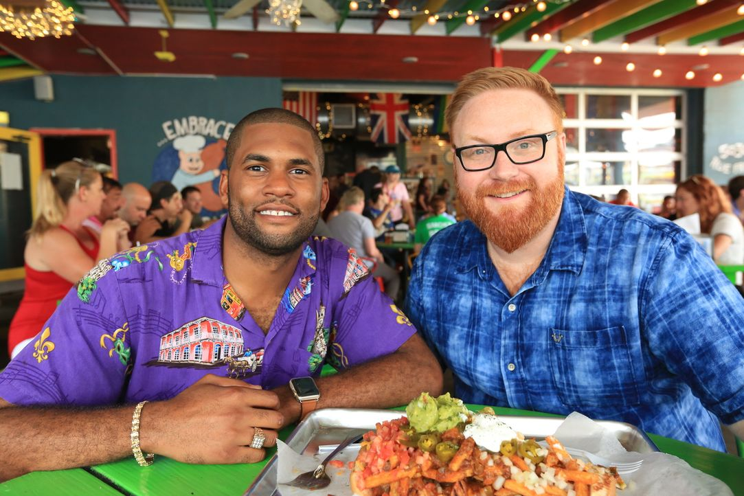 """In New Orleans stattet Josh Denny (r.) Küchenchef Jerry (l.) im """"Dat Dog"""" einen Besuch ab und testet den """"Datzilla"""" ... - Bildquelle: 2017,Television Food Network, G.P. All Rights Reserved."""
