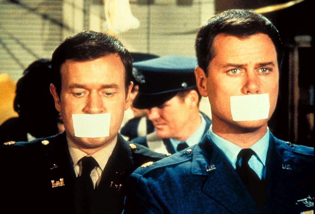 Um die beiden wehrlos zu machen, knebelt Jeannies Schwester Roger (Bill Daily, l.) und Tony (Larry Hagman, r.). - Bildquelle: Columbia Pictures