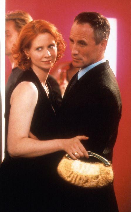 Wieder beruflich aktiv, nimmt Miranda (Cynthia Nixon, l.) Kontakt mit ihrem Kollegen und Ex-Lover Walker Lewis (Robert John Burke, r.) auf. - Bildquelle: Paramount Pictures