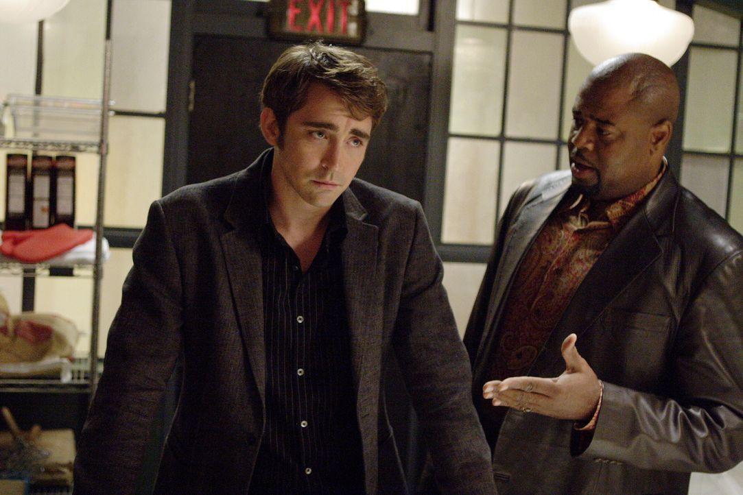 Wenn Ned (Lee Pace, l.) die Bitte von Emerson Cod (Chi McBride, r.) erfüllt, riskiert er, dass Chuck von seinem Geheimnis erfährt ... - Bildquelle: Warner Brothers