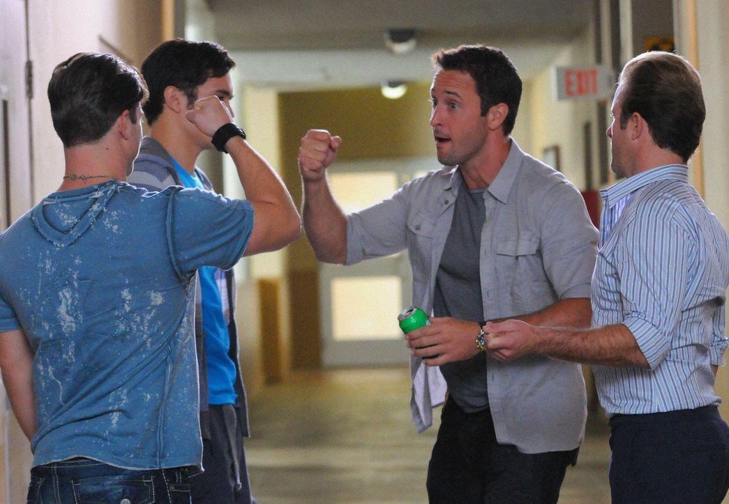 An der Universität Oahu wurde ein Professor ermordet aufgefunden. Danny (Scott Caan, r.) und Steve (Alex O'Loughlin, 2.v.r.) versuchen mit Hilfe vo... - Bildquelle: 2012 CBS Broadcasting, Inc. All Rights Reserved.