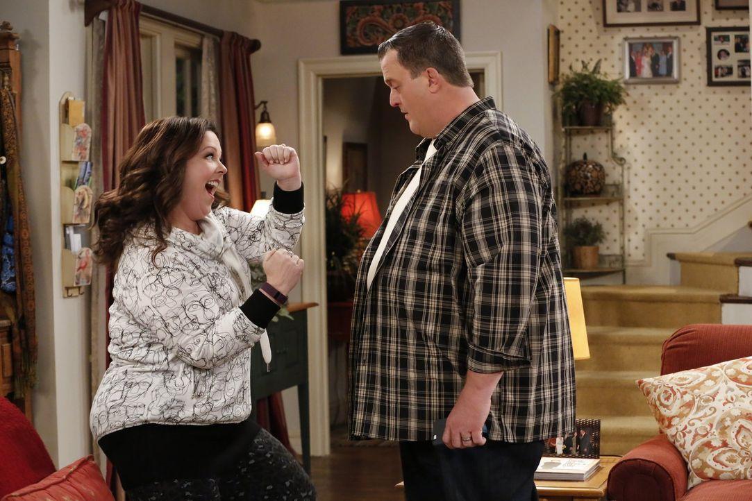 Molly (Melissa McCarthy, l.) ist begeistert, dass sie sich mit ihrem neuen Schrittzähler viel mehr bewegt als vorher und möchte, dass Mike (Billy Ga... - Bildquelle: Warner Brothers