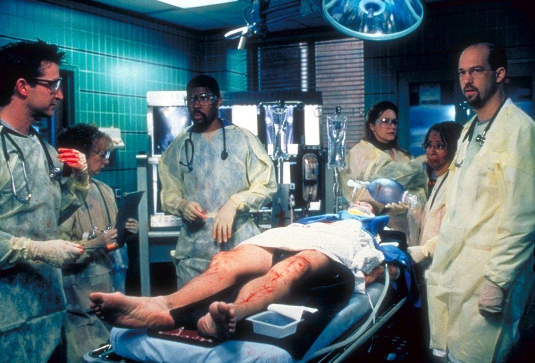 Wird es dem ER-Team gelingen, das Leben des schwerverletzten Rettungshelfers Audia (J.P. Hubbell, M.) zu retten? - Bildquelle: TM+  2000 WARNER BROS.
