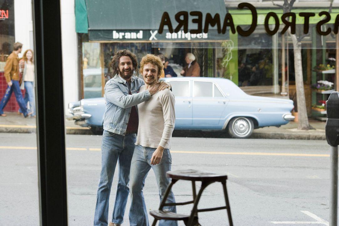 Anfang der 70er Jahre beschließen Harvey Milk (Sean Penn, l.) und sein Freund Scott Smith (James Franco, r.), in San Francisco einen Fotoladen zu e...
