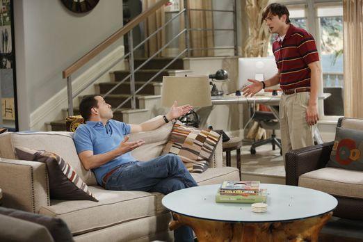 Two and a Half Men - Haben die Rollen getauscht: Walden (Ashton Kutcher, r.)...