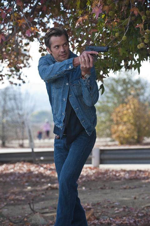 Muss mal wieder zur Waffe greifen: Raylan Givens (Timothy Olyphant) - Bildquelle: 2010 Sony Pictures Television Inc. and Bluebush Productions, LLC. All Rights Reserved.