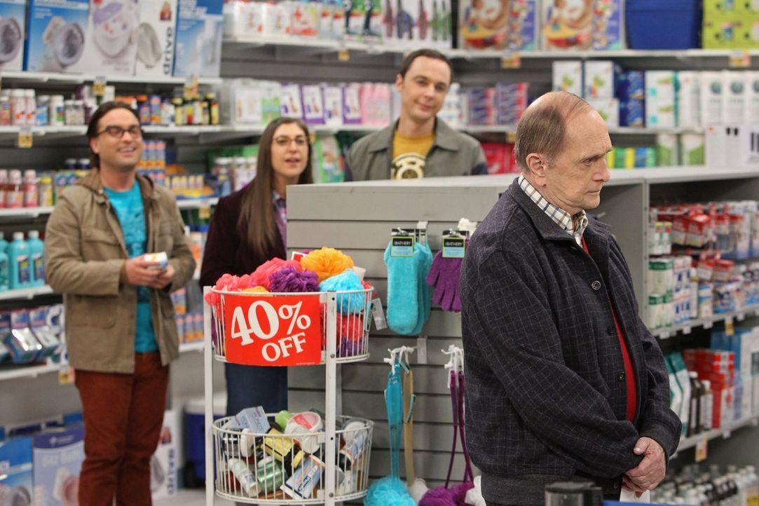 Als Sheldon (Jim Parsons, 2.v.r.), Amy (Mayim Bialik, 2.v.l.) und Leonard (Johnny Galecki, l.) zufällig Professor Proton (Bob Newhart, r.) in einer... - Bildquelle: Warner Bros. Television