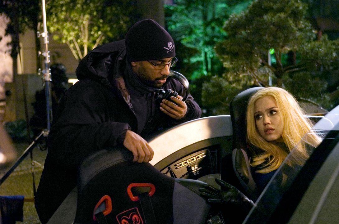 """Bei den Dreharbeiten zu """"Fantastic Four - Rise Of The Silver Surfer"""": Regisseur Tim Story, l. und Schauspielerin Jessica Alba, r. ... - Bildquelle: Twentieth Century Fox"""