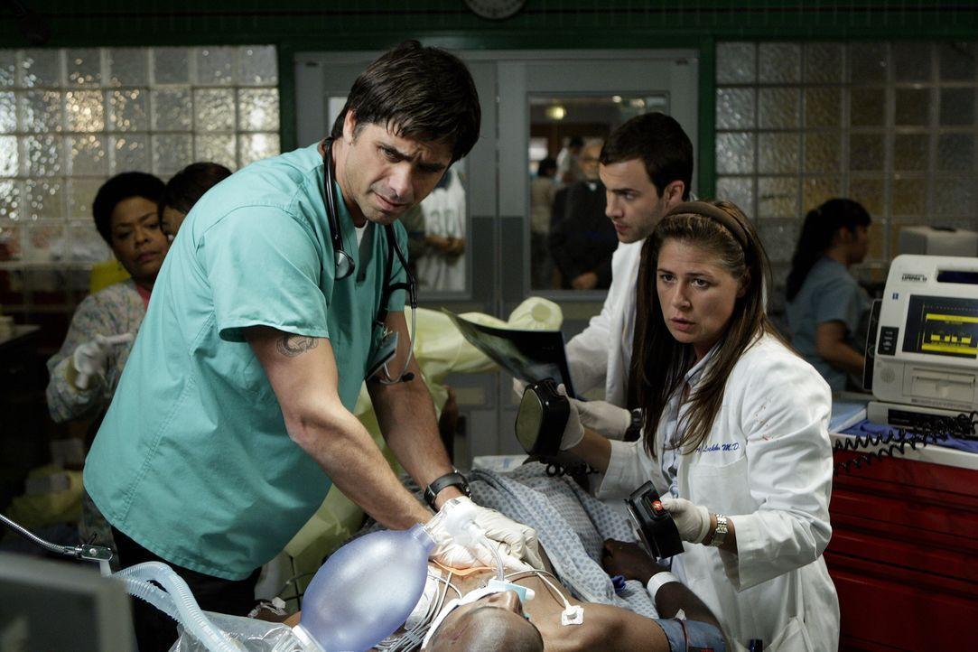 Versuchen alles, um den Patienten das Leben zu retten: Abby (Maura Tierney, r.) und Gates (John Stamos, l.) ... - Bildquelle: Warner Bros. Television
