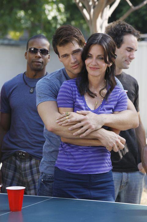 Josh (Nick Zano, l.) hat sich in Jules (Courteney Cox, r.) verliebt. Daraufhin beschließt diese, sich von ihm zu trennen. Allerdings fühlt sie sic... - Bildquelle: 2009 ABC INC.