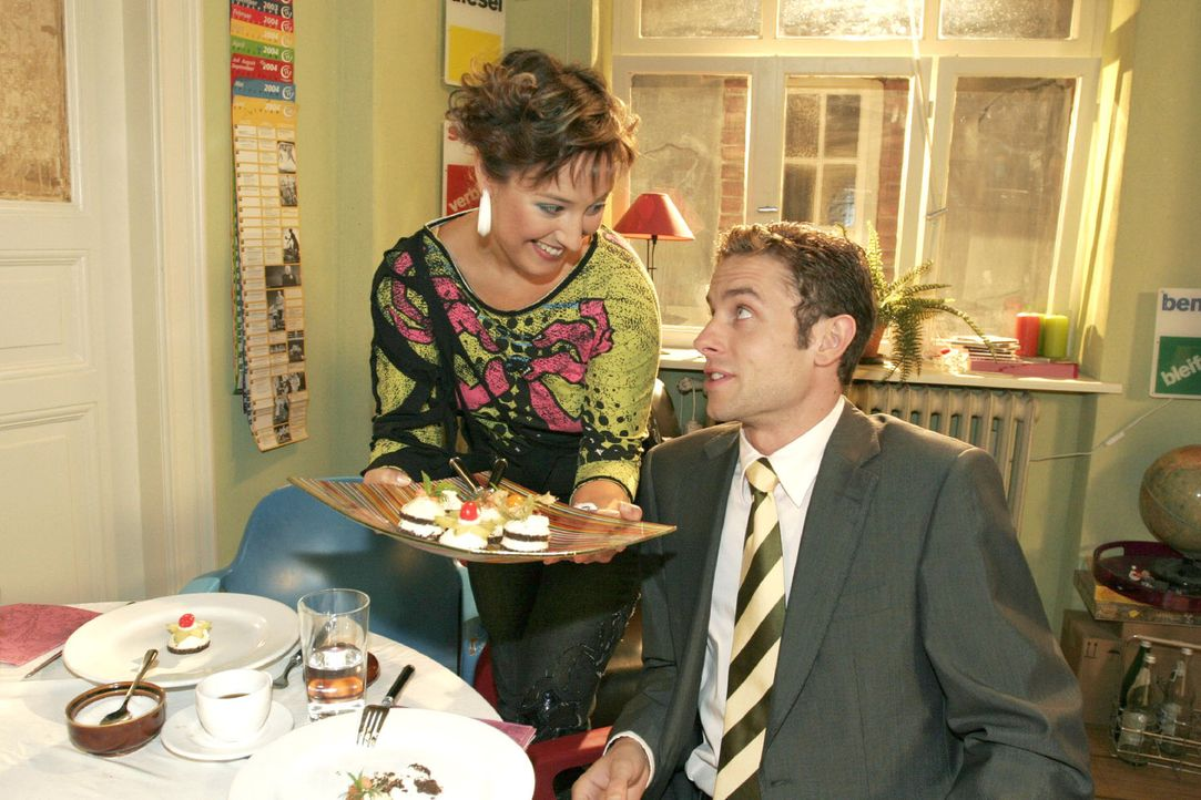 Yvonne (Bärbel Schleker, l.) übt sich Max (Alexander Sternberg, r.) zuliebe in gutem Benehmen - und wird von ihm zur Belohnung ins Wolfhardts eing... - Bildquelle: Noreen Flynn Sat.1
