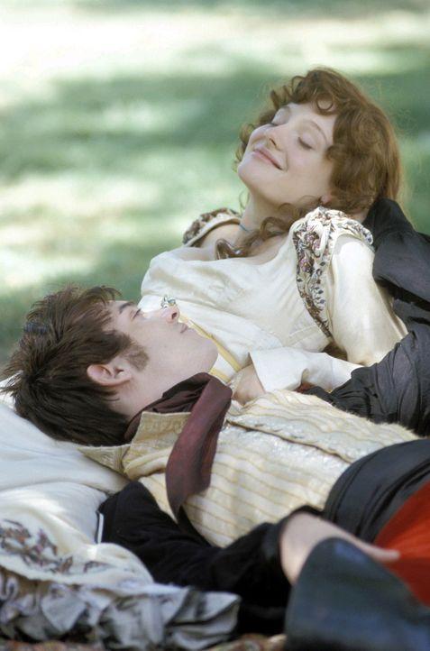 Während Amelia Sedley (Romola Garai, r.) das Picknick mit George (Jonathan Rhys-Meyer, l.) genießt, beschäftigt diesen nur ein Gedanke: Wie kann... - Bildquelle: Granada Film Productions