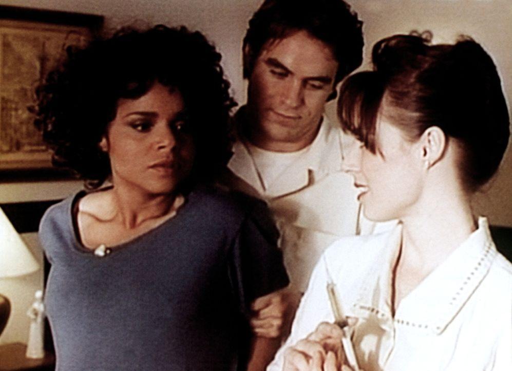 Amanda (Victoria Rowell, l.) ist in der Entbindungsklinik Shady Glen von Pfleger Roger (Boyd Kestner) und Schwester Kate (Kim Johnston Ulrich, r.) b... - Bildquelle: Viacom