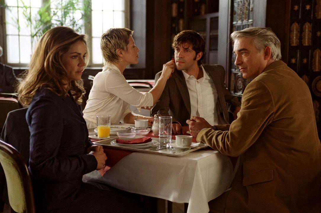 Felix (Christoph M. Ohrt, r.) bemerkt, dass Sandra sich überhaupt nicht wohl dabei fühlt, mit Patricia (Barbara Demmer, 2.v.l.) und Robert (Pasquale... - Bildquelle: Hardy Spitz Sat.1