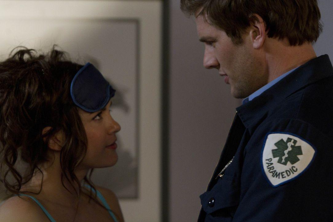 Sara (Danneel Ackles, l.) ist total in Evan (Ryan McPartlin, r.), einen Sanitäter des Krankenhauses, verknallt. Als er seine Jacke dort liegenläss... - Bildquelle: NBC Universal, Inc.