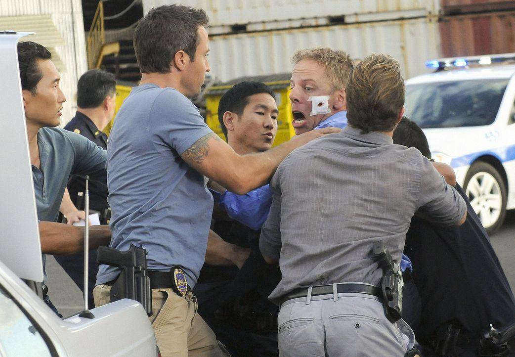 Kämpfen gegen das organisierte Verbrechen Hawaii: Steve (Alex O'Loughlin, 3.v.l.), Danny (Scott Caan, r.) und Chin (Daniel Dae Kim, l.) ... - Bildquelle: TM &   2010 CBS Studios Inc. All Rights Reserved.