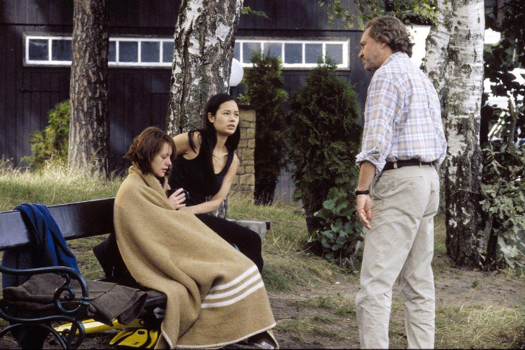 Johannas (Lavinia Wilson, l.) Vater Klaus Bühring (Gerd Silberbauer, r.) ist nicht begeistert über die eigenmächtigen Recherchen seiner Tochter und... - Bildquelle: Jiri Hanzl Sat.1
