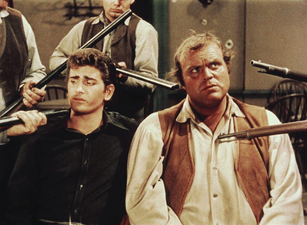 """Aufgrund einer Verwechslung werden Hoss (Dan Blocker, r.) und """"Little Joe"""" Cartwright (Michael Landon, l.) von den Bewohnern von Kiowa Flats wie Sch... - Bildquelle: Paramount Pictures"""