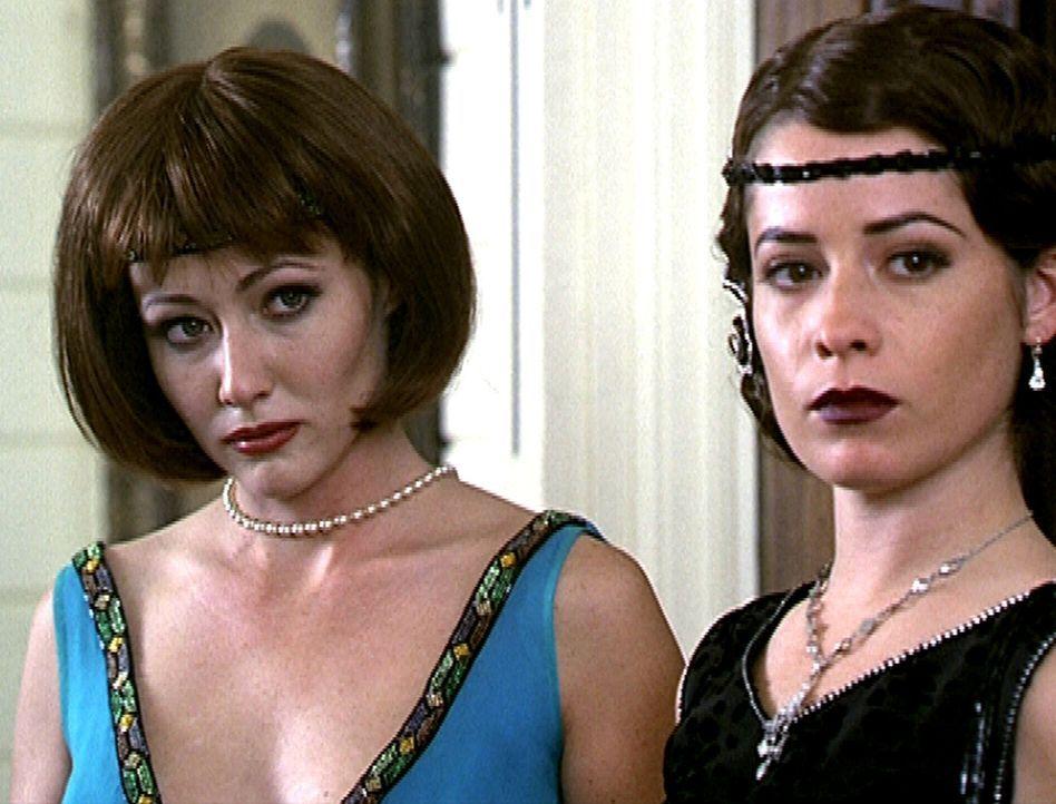 Prue (Shannen Doherty, l.) und Piper (Holly Marie Combs, r.) waren in einem früheren Leben nicht die Schwestern von Phoebe, sondern ihre Cousinen un... - Bildquelle: Paramount Pictures