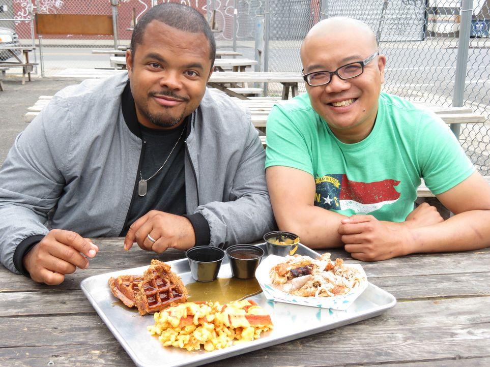 Roger Mooking (l.); Tyson Ho (r.) - Bildquelle: 2017, Television Food Network, G.P. All Rights Reserved.