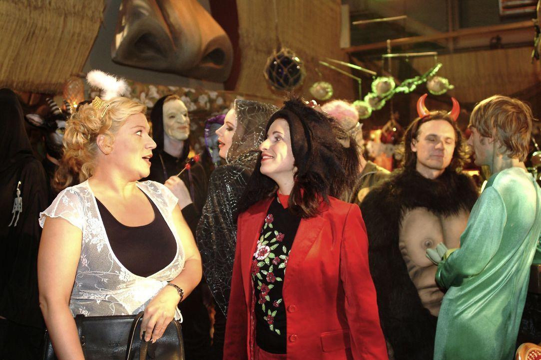 Agnes (Susanne Szell, l.) ist sprachlos, als Inka (Stefanie Höner, M.) ihr anvertraut, dass sie glaubt, in Georg verliebt zu sein. - Bildquelle: Monika Schürle Sat.1