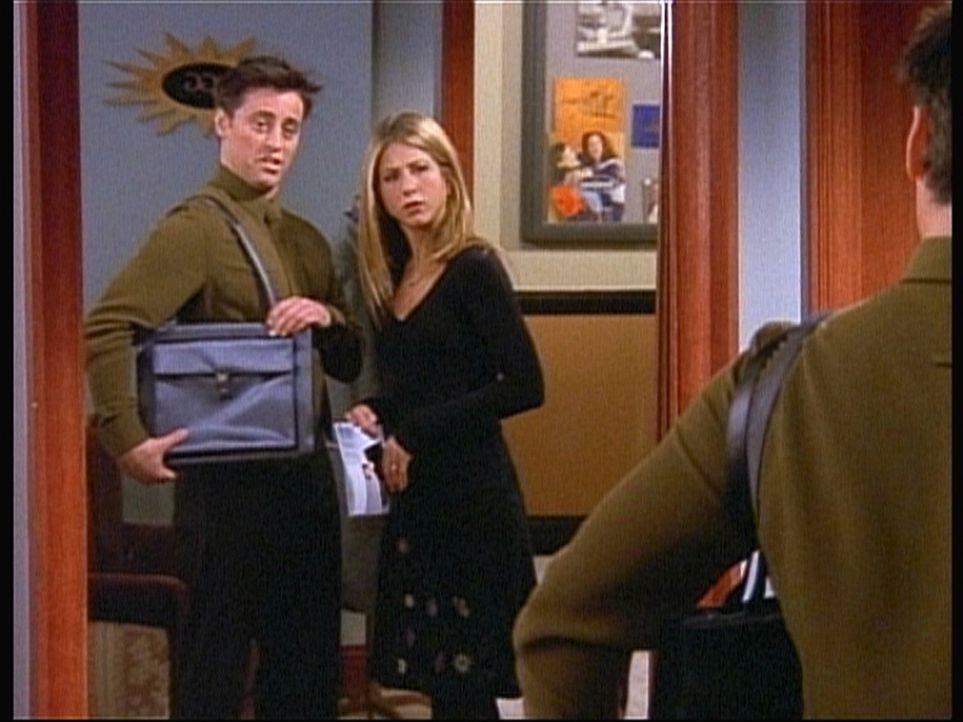 Joey (Matt LeBlanc, l.) lässt sich für ein Vorsprechen von Rachel (Jennifer Aniston, r.) ausstaffieren. - Bildquelle: TM+  2000 WARNER BROS.