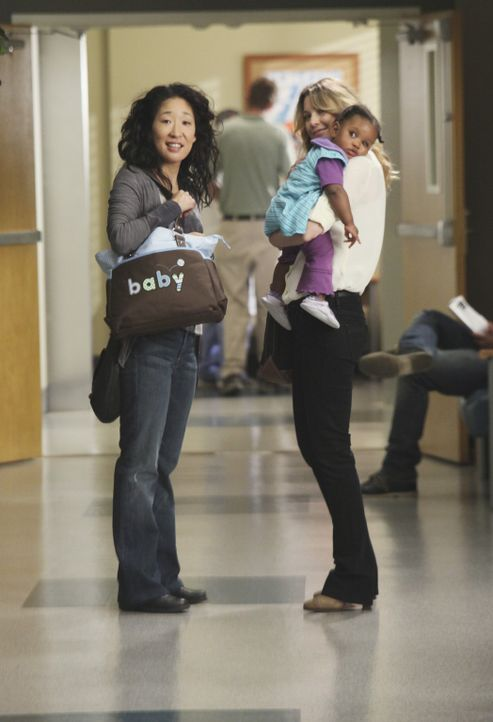 Während die Ehe von Cristina (Sandra Oh, l.) und Owen auf dem Prüfstand steht, muss Meredith (Ellen Pompeo, r.) die Konsequenzen tragen, die durch... - Bildquelle: ABC Studios