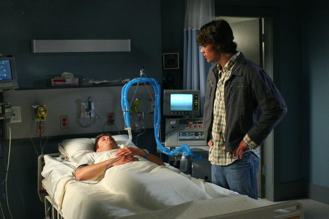 Nach dem Unfall mit dem Dämon liegt Dean (Jensen Ackles, l.) im Koma. Sein Bruder Sam (Jared Padalecki, r.) macht sich große Sorgen um ihn ... - Bildquelle: Warner Bros. Television