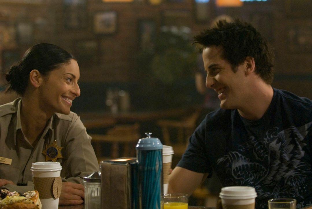 Nach alldem Schrecken genießen Jo (Erica Cerra, l.) und Zane Donovan (Niall Matter, r.)  einen Kaffee ... - Bildquelle: Universal Television