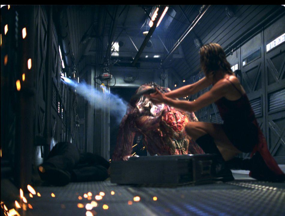 Kaum gelingt es Alice (Milla Jovovich, l.), das Umbrella Corporation Gebäude lebendig zu verlassen, da wartet auch schon auf sie ein neues Ungemach... - Bildquelle: Constantin Film Verleih GmbH