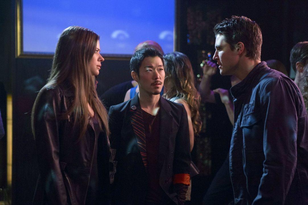 Auf der Jagd nach einem gefährlichen Mutanten: Cara (Peyton List, l.) Russell (Aaron Yoo, M.) und Stephen (Robbie Amell, r.) ... - Bildquelle: Warner Bros. Entertainment, Inc