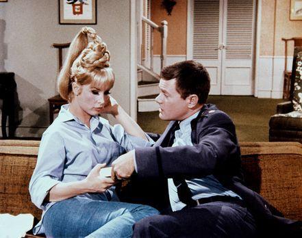 Bezaubernde Jeannie - Jeannie (Barbara Eden, l.) bereitet Tony (Larry Hagman,...