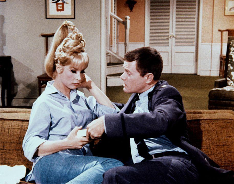 Jeannie (Barbara Eden, l.) bereitet Tony (Larry Hagman, r.) ständig Ärger, und so schenkt er ihr die Märchen aus 1001 Nacht zur Erziehung. - Bildquelle: Columbia Pictures