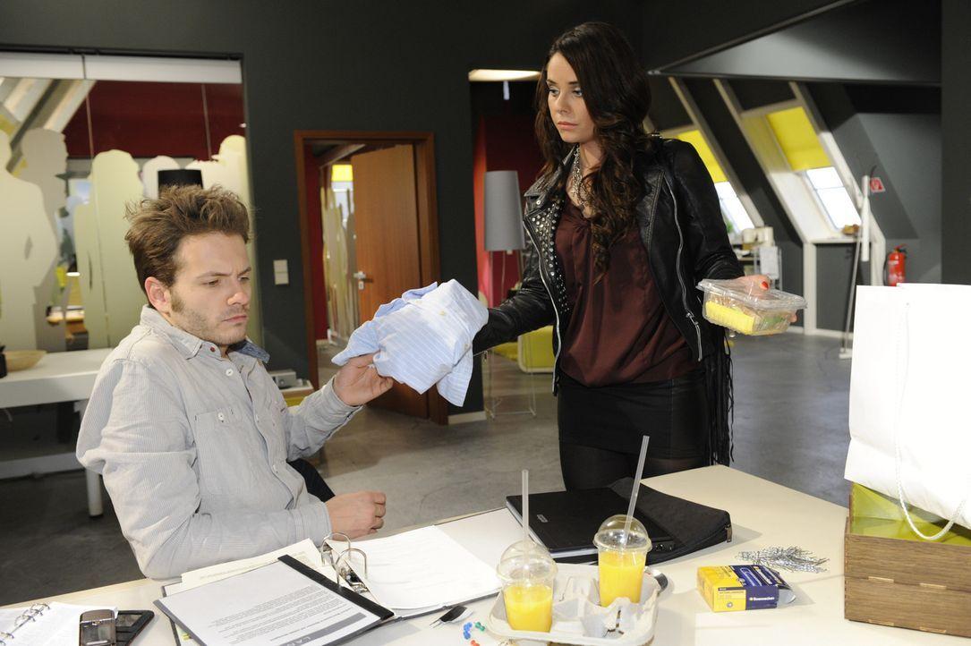 Paloma (Maja Maneiro, r.) gelingt es, Enrique (Jacob Weigert, l.) zu einem Treffen mit Natascha zu überreden, um sie als Investorin für die Zeitsc... - Bildquelle: SAT.1