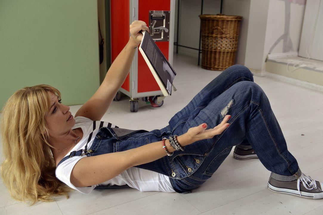 Trainiert Sexstellungen für ihr Date: Mila (Susan Sideropoulos) ... - Bildquelle: Oliver Ziebe SAT.1