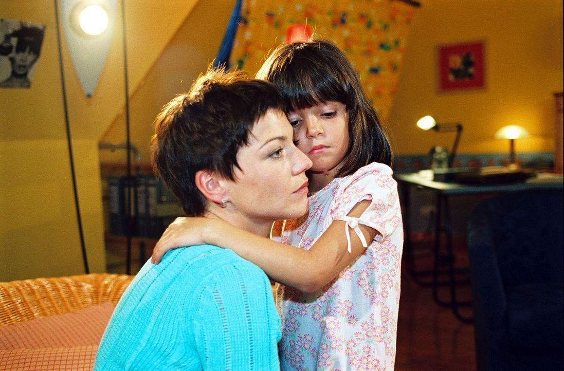 Klara Sofia (Hanna Luise Winter, r.) tröstet Stephanie (Claudia Schmutzler, l.), denn Frederik will sich nun endgültig trennen ... - Bildquelle: Noreen Flynn Sat.1