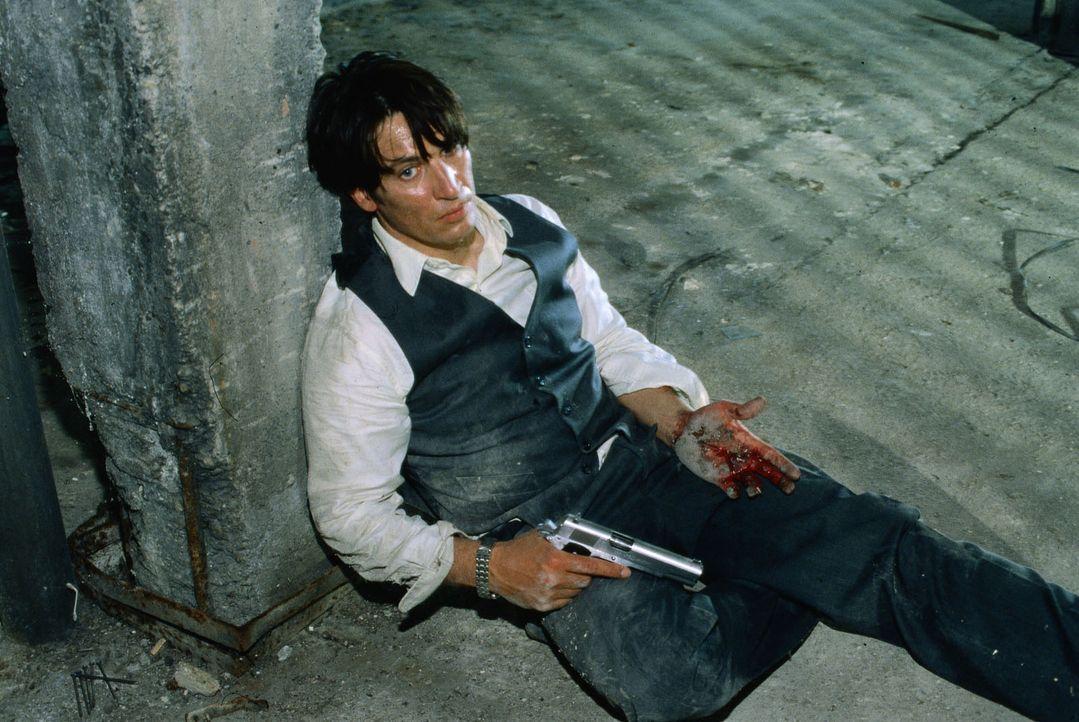 Richie Moser (Tobias Moretti) ist von Kurt Hauff angeschossen worden. Er spürt, dass es schlimm um ihn steht ... - Bildquelle: Ali Schafler Sat.1