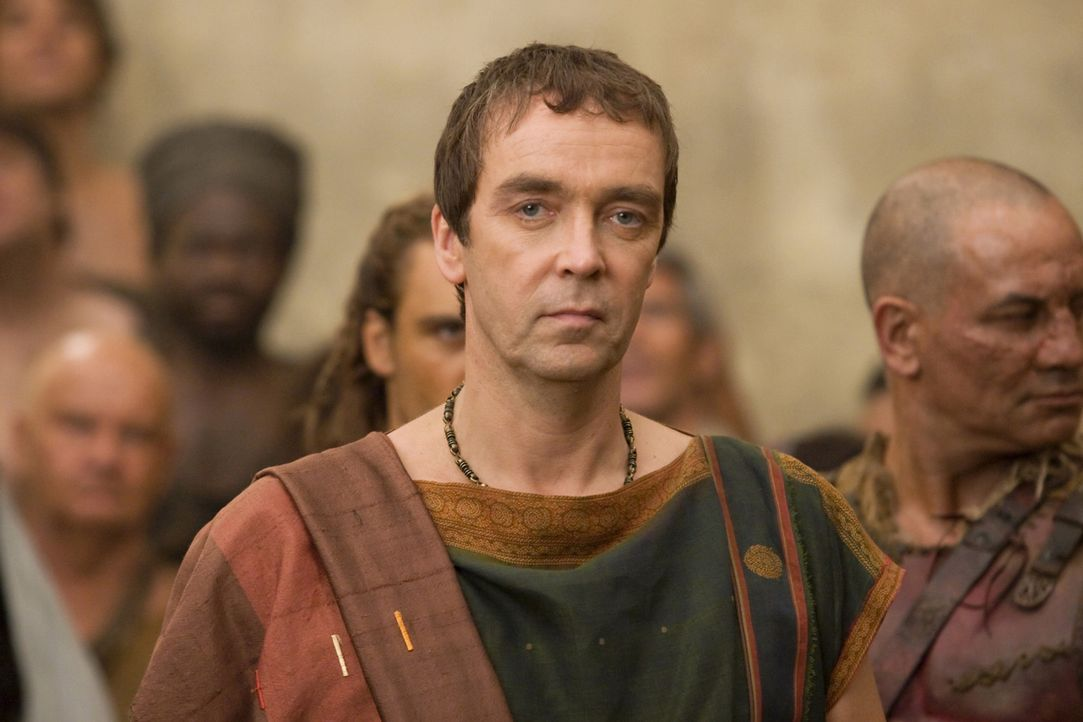 Leitet während der Abwesenheit seines Vaters, die Geschäfte der familieneigenen Gladiatorenschule in Capua: Quintus Batiatus (John Hannah) ... - Bildquelle: 2010 Starz Entertainment, LLC