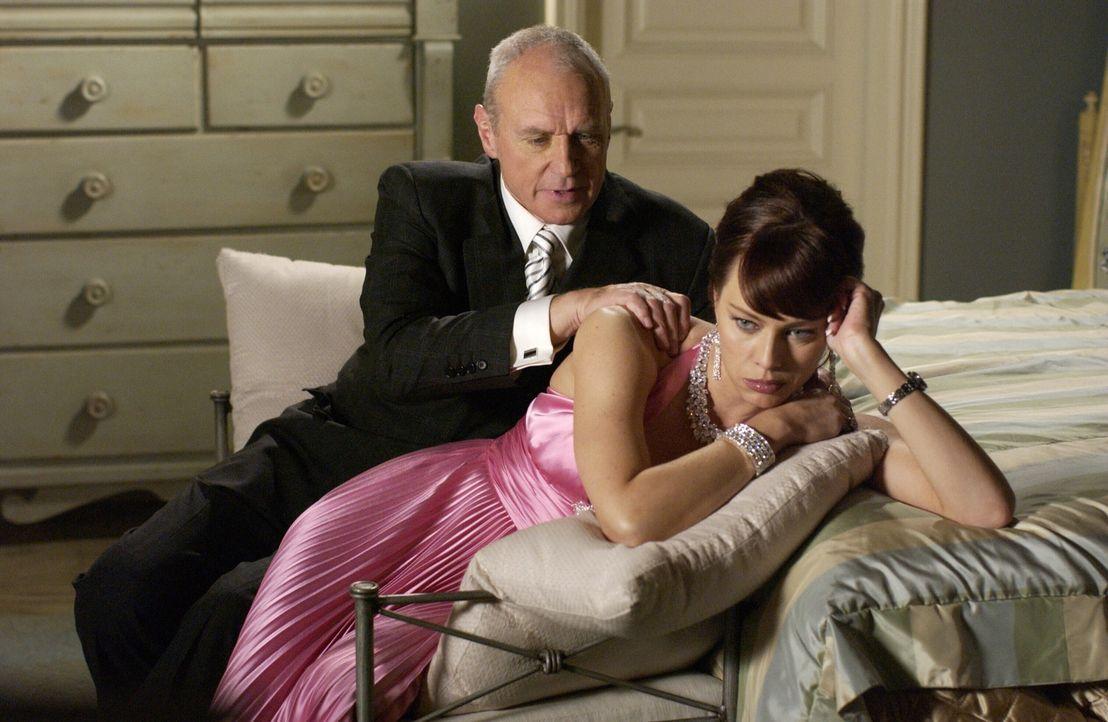 Damit Julies (Melinda Clarke, r.) Pornovideo nicht an die Öffentlichkeit gelangt, verspricht Caleb (Alan Dale, l.) ihr, die halbe Million an Lance... - Bildquelle: Warner Bros. Television